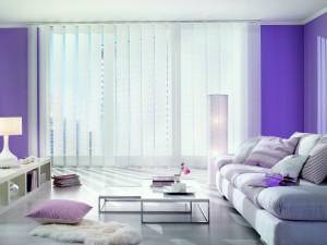 modernes Wohnzimmer mit Lamellenvorhang